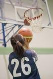 Abbildung des Mädchens Basketball spielend Lizenzfreie Stockbilder