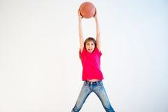 Abbildung des Mädchens Basketball spielend Lizenzfreie Stockfotos