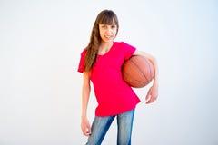 Abbildung des Mädchens Basketball spielend Lizenzfreies Stockbild
