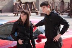 Abbildung des Mannes und der Frau nahe Auto Lizenzfreie Stockbilder