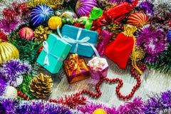 Abbildung des neuen Jahres Geschenkkästen, Weihnachtsdekorationen, Lametta und Lizenzfreies Stockbild