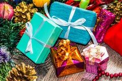 Abbildung des neuen Jahres Geschenkkästen, Weihnachtsdekorationen, Lametta und Perlen Lizenzfreies Stockfoto
