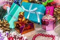 Abbildung des neuen Jahres Geschenkkästen, Weihnachtsdekorationen, Lametta und Perlen Stockbilder
