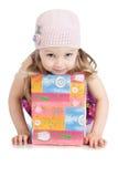 Abbildung des schönen kleinen Mädchens mit Geschenkkasten Lizenzfreie Stockbilder