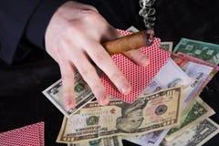 Abbildung des Spielers mit Zigarre und unterschiedlichem banknot Lizenzfreie Stockfotos