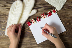 Abbildung des VektorEps10 Zeichen zu Weihnachtsmann Wunschliste-Winterhintergrund Lizenzfreies Stockfoto