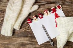 Abbildung des VektorEps10 Zeichen zu Weihnachtsmann Wunschliste-Winterhintergrund Lizenzfreies Stockbild