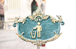 Abbildung des werfenden Abfalls der Person in einen Abfalleimer Stockbild