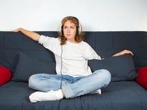 Abbildung einer attraktiven jungen Frau, die Musik hört Stockfotografie