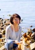 Abbildung einer Frau mit einem Hund Stockfotos