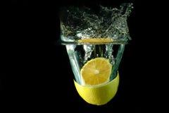 Abbildung einer Frucht fallen gelassen unter Wasser Lizenzfreies Stockbild