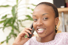 Abbildung einer glücklichen Frau am Telefon Stockfotos