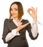 Abbildung einer jungen Frau, die ein Haus anbietet Stockfotos