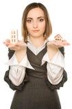 Abbildung einer jungen Frau, die zwei Gebäude anbietet Lizenzfreies Stockbild