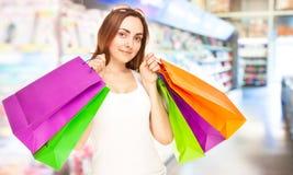 Abbildung einer schönen Frau mit Einkaufenbeuteln Stockfotos