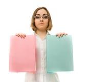 Abbildung eines Mädchens in den weißen Faltblättern der Holding zwei Lizenzfreies Stockbild