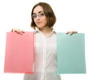 Abbildung eines Mädchens in den weißen Faltblättern der Holding zwei Lizenzfreie Stockbilder