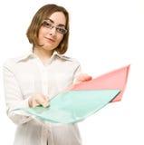 Abbildung eines Mädchens im Weiß, das zwei Faltblätter anbietet Stockfotografie
