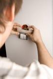 Abbildung eines Mannes, der eine Rangierlok installiert Stockfotos