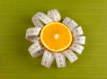 Abbildung eines Orangen- und Bandmasses Stockfoto