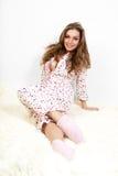 Abbildung eines süßen jungen Mädchens in den weißen Pyjamas. Lizenzfreie Stockfotos