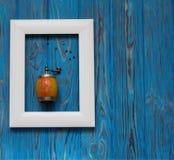 abbildung Handmill für Pfeffer im Rahmen auf hölzernem blauem Hintergrund Lizenzfreies Stockfoto