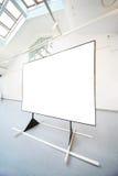 Abbildung im schwarzen Bereich steht im Ausstellungsraum Lizenzfreies Stockfoto
