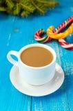 Abbildung kann als Hintergrund benutzt werden Ein Tasse Kaffee mit Milchcappuccino, in Form von hellen Zuckerstangen und grünen F Lizenzfreies Stockfoto