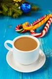Abbildung kann als Hintergrund benutzt werden Ein Tasse Kaffee mit Milchcappuccino, in Form von hellen Zuckerstangen und grünen F Stockfotos