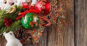 Abbildung kann als Hintergrund benutzt werden Kiefer und roter Ball auf Holztisch Lizenzfreies Stockbild