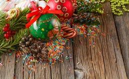 Abbildung kann als Hintergrund benutzt werden Kiefer und roter Ball auf Holztisch Lizenzfreie Stockfotografie