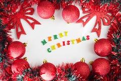 Abbildung kann als Hintergrund benutzt werden Rote glänzende Weihnachtsbälle Lizenzfreies Stockbild