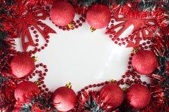 Abbildung kann als Hintergrund benutzt werden Rote glänzende Weihnachtsbälle Stockbild