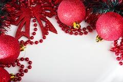 Abbildung kann als Hintergrund benutzt werden Rote glänzende Weihnachtsbälle Lizenzfreie Stockfotos