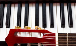Abbildung kann für verschiedene Zwecke benutzt werden Gitarre und Klavier Stockfotografie