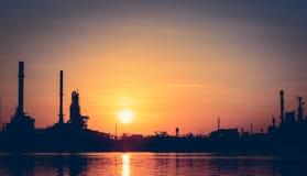 Abbildung mit Anlage des Ölraffinierens Stockfotografie