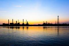 Abbildung mit Anlage des Ölraffinierens Stockfotos