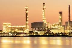Abbildung mit Anlage des Ölraffinierens Stockbilder