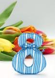 Abbildung 8 und bunte Tulpen, Nahaufnahme Lizenzfreies Stockfoto
