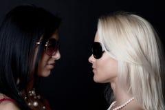 Abbildung von zwei reizvollen Mädchen, die Sonnenbrillen tragen Lizenzfreie Stockfotos