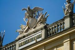 Abbildungen auf dem Dach von Schoenbrunn Stockfotos