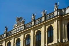 Abbildungen auf dem Dach von Schoenbrunn Lizenzfreies Stockfoto