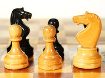 Abbildungen auf einem Schachbrett Lizenzfreies Stockfoto