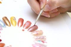 Abbildungen auf Nägeln Stockbilder