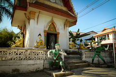 Abbildungen der Soldaten nähern sich Kloster auf Thailand Stockfotografie