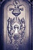 Abbildungen schnitzten Tür, mit Klopfer, Schwarzem u. Weiß Stockbild