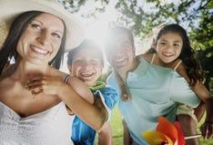 Abbinden-Familien-Vater-Mother Son Daughter-Liebes-Konzept Stockbild