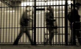 Abbonati in una gabbia del sottopassaggio; New York City Fotografie Stock