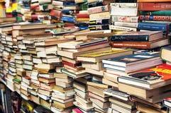 Abbondanza dei libri in un deposito di libro Fotografia Stock Libera da Diritti