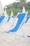 Abbondanza delle chaise-lounge del sole Fotografie Stock